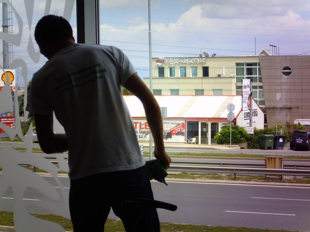 Професионално почистване на офиси – стъкла и дограма