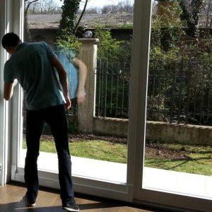 Професионално почистване на стъкла, витрини и фасади след лошото време