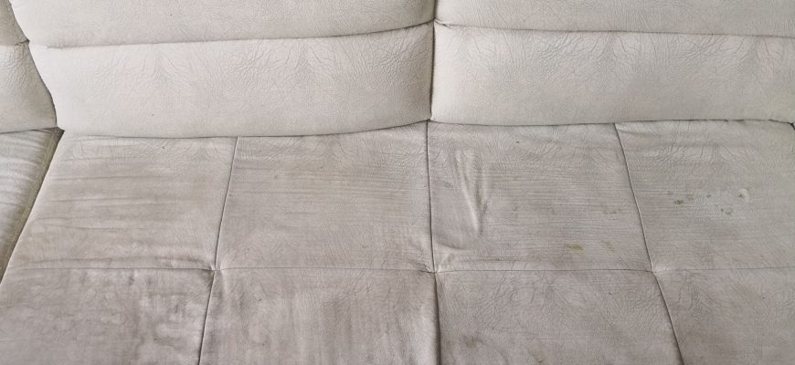 Пране на дивани от фирма за почистване